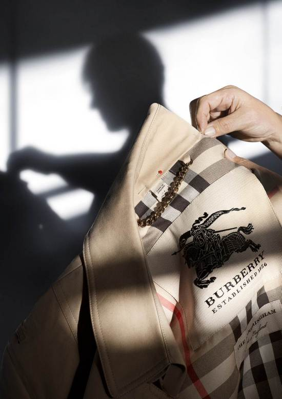 THE BURBERRY TRENCH COAT CRAFTSMANSHIP 025