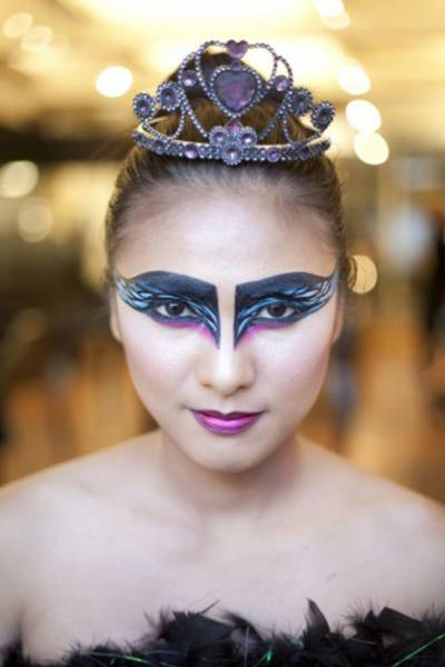 halloween-makeup-diy black swan